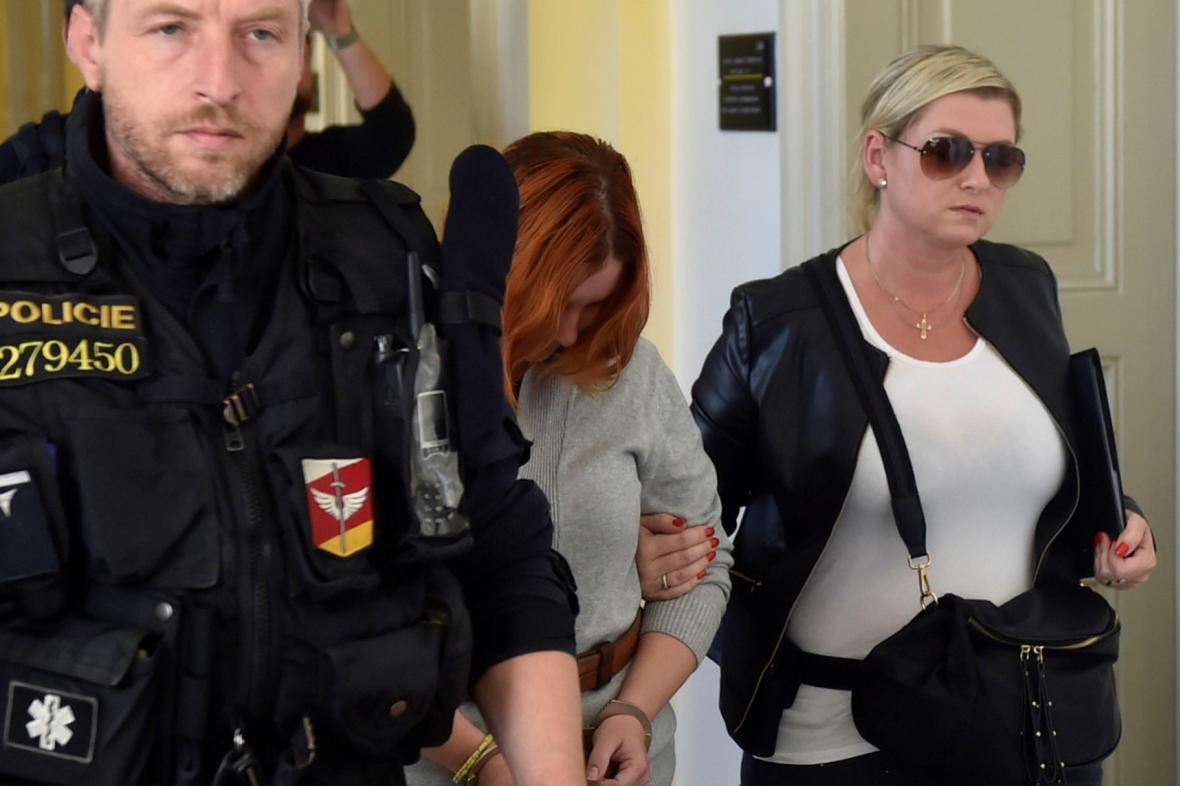 Petra Nová (dříve Janáková) v doprovodu policie