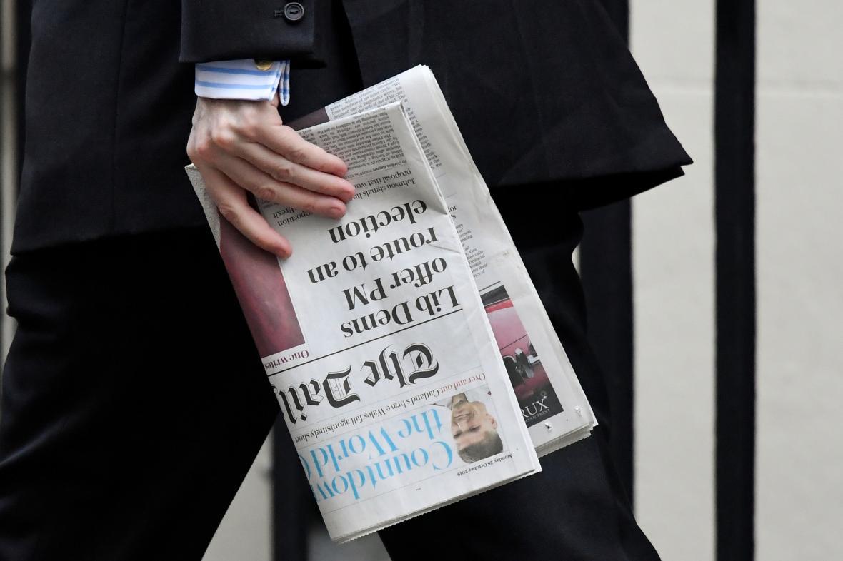 Konzervativec Jacob Rees-Mogg s novinami