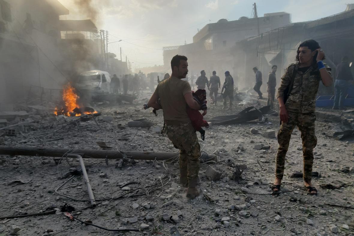 Následky výbuchu na tržišti v severní Sýrii