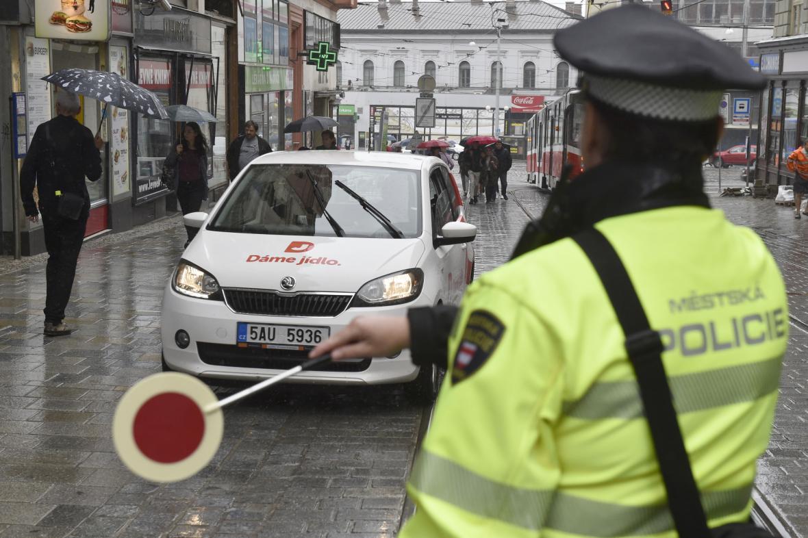 Povolení pro průjezd centrem Brna mají tisíce aut