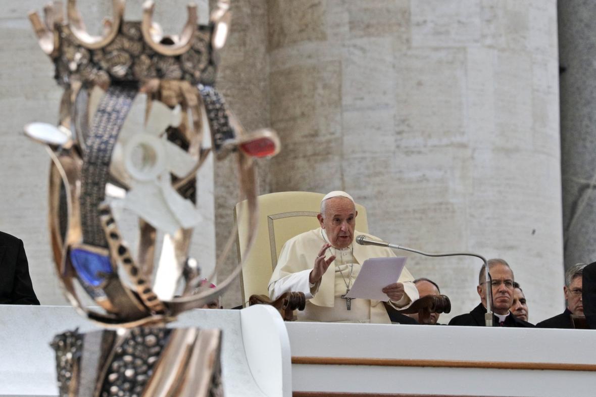 Papež František přijal sochu připomínající svatořečení Anežky České