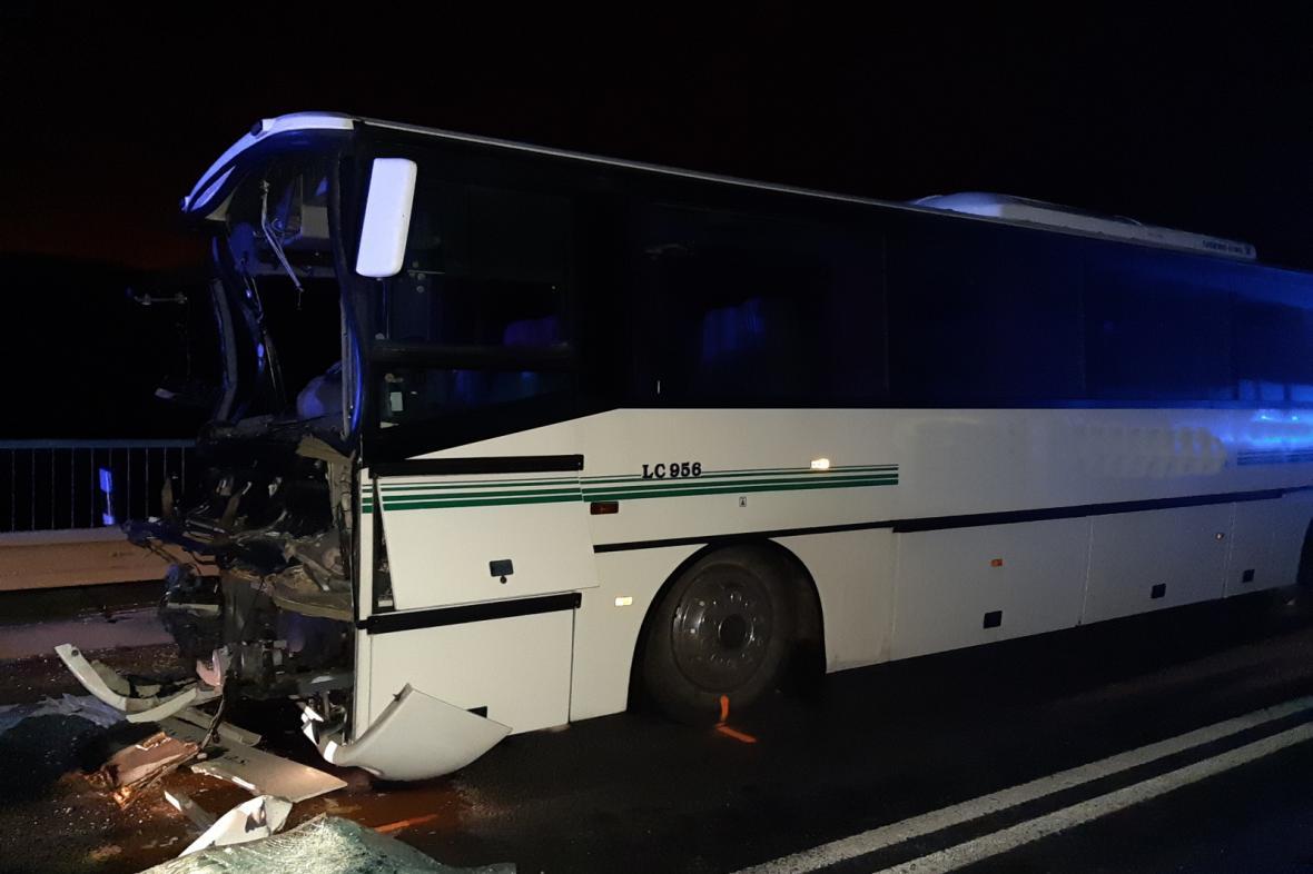Autobus po nehodě na Mělnicku