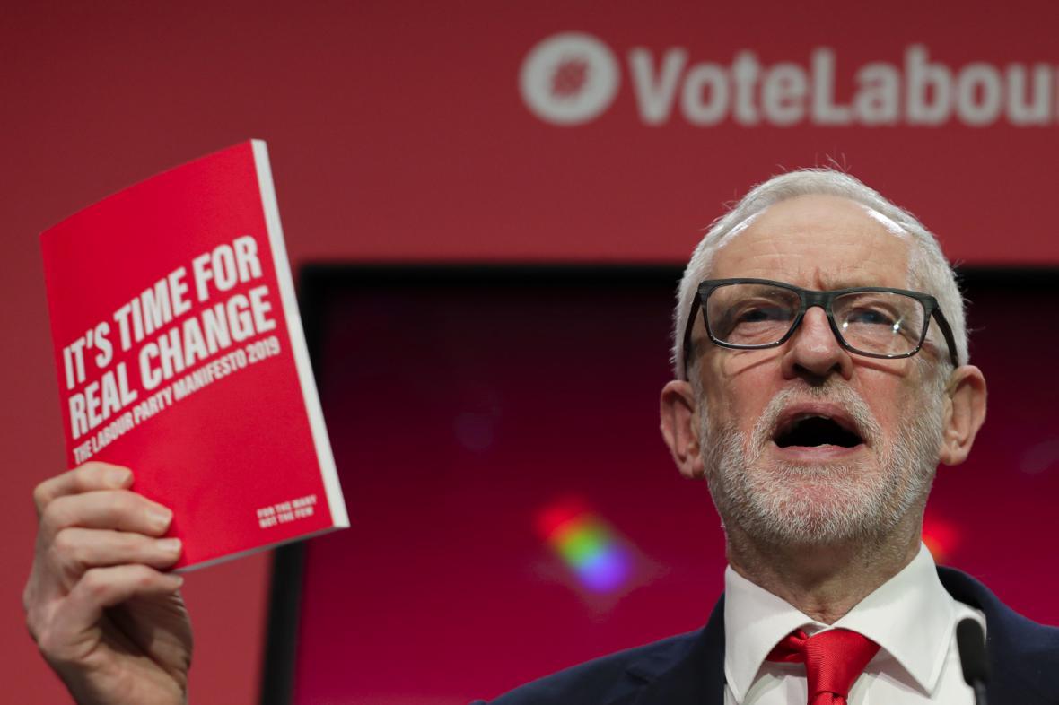 Lídr labouristů Jeremy Corbyn představuje volební program