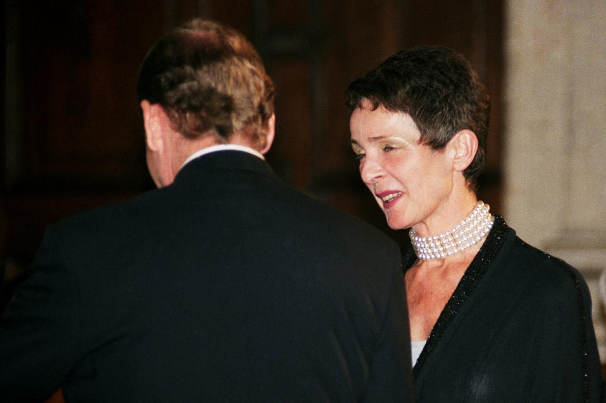 Věra Kunderová přebírá státní vyznamenání za svého manžela, 1995