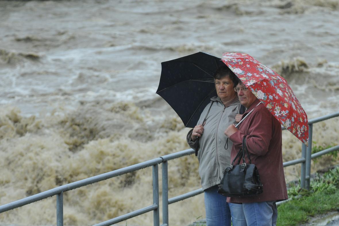 Rozvodněná řeka Bečva ve Valašském Meziříčí v roce 2010