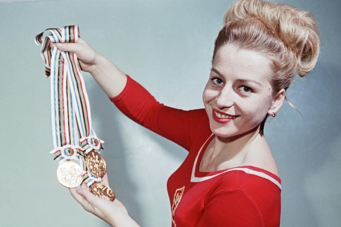 Věra Čáslavská ukazuje medaile z olympijských her v Tokiu, 1964
