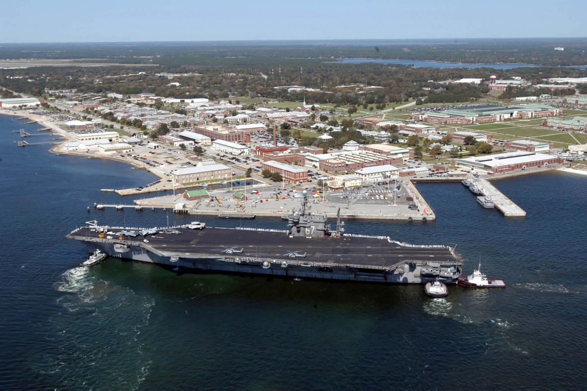 Loď John F. Kennedy před základnou Pensacola