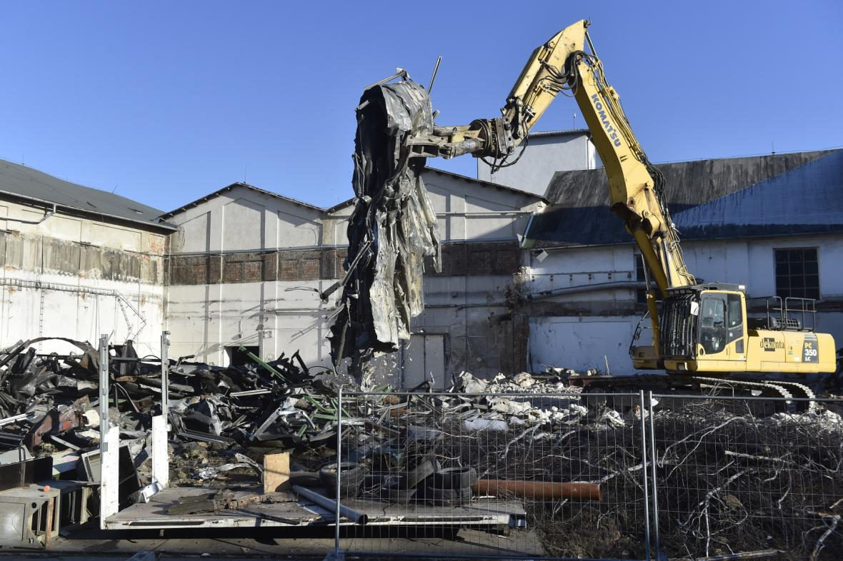 Sanace areálu ICEC ve Šlapanicích začala demolicí budov