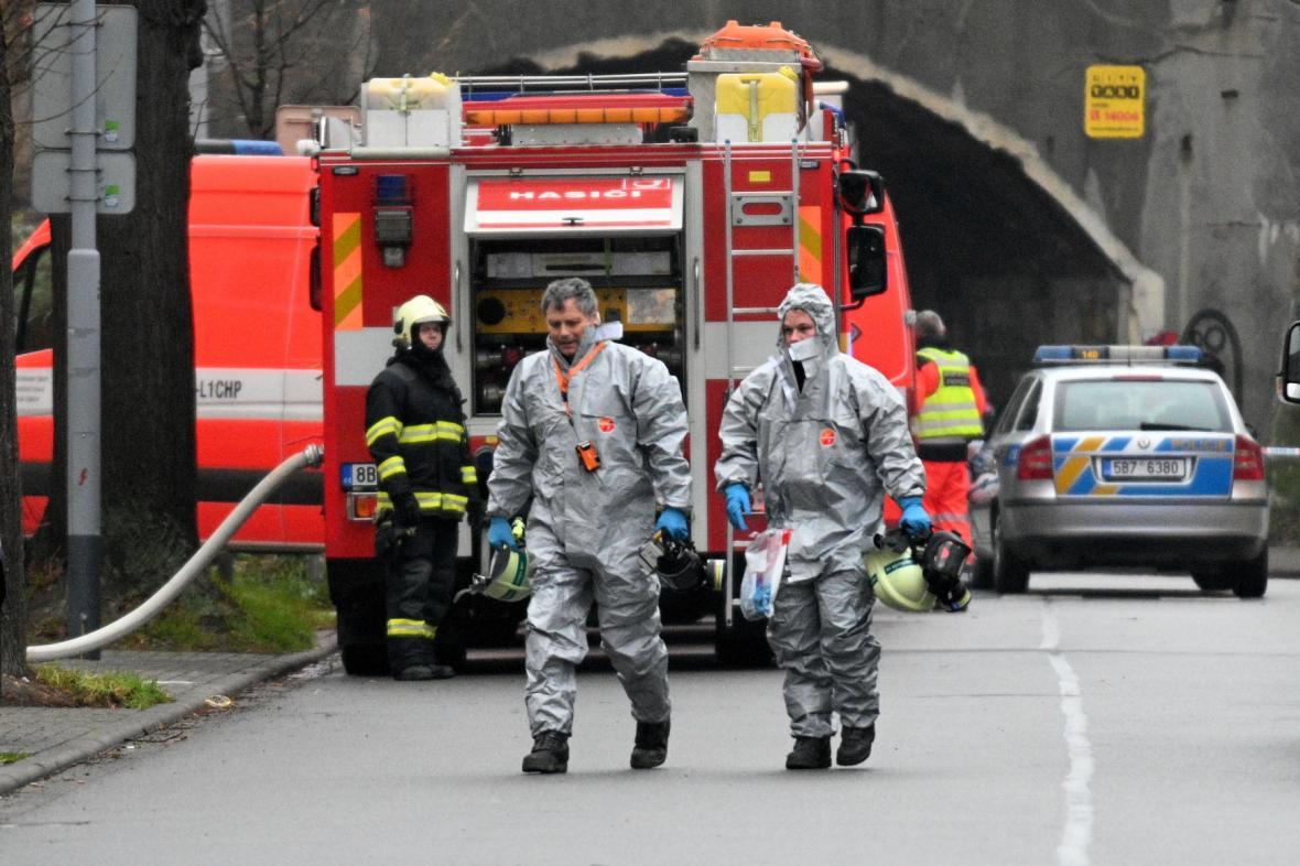 V pondělí našli policisté v Šámalově ulici mrtvého muže a velké množství chemikálií