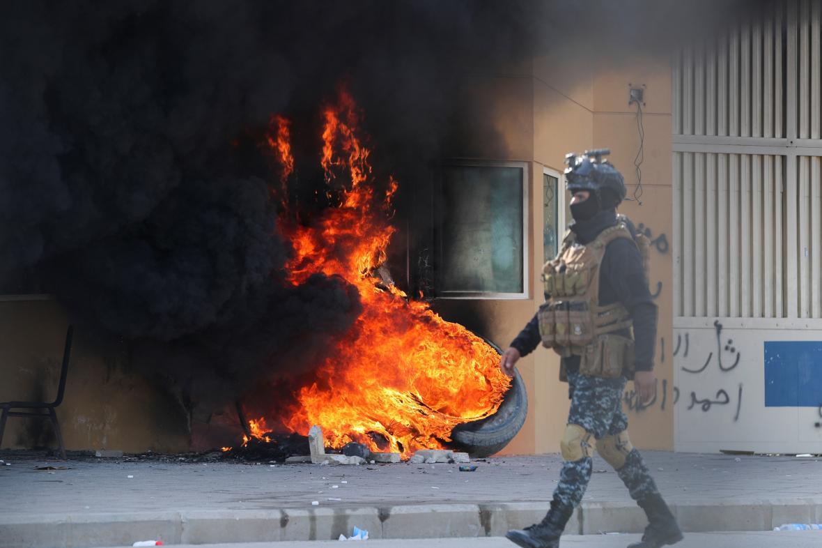 Hořící pneumatika před americkou ambasádou v Bagdádu