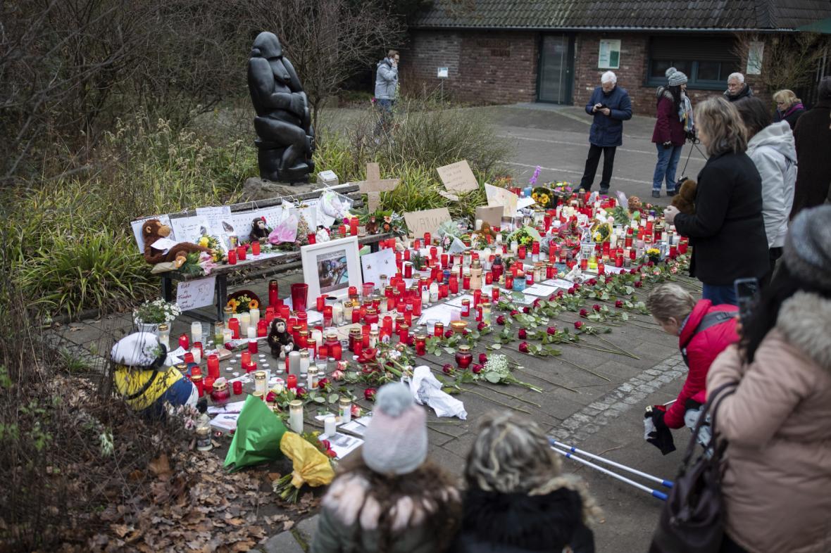 Svíčky před hlavním vchodem zoo v Krefeldu