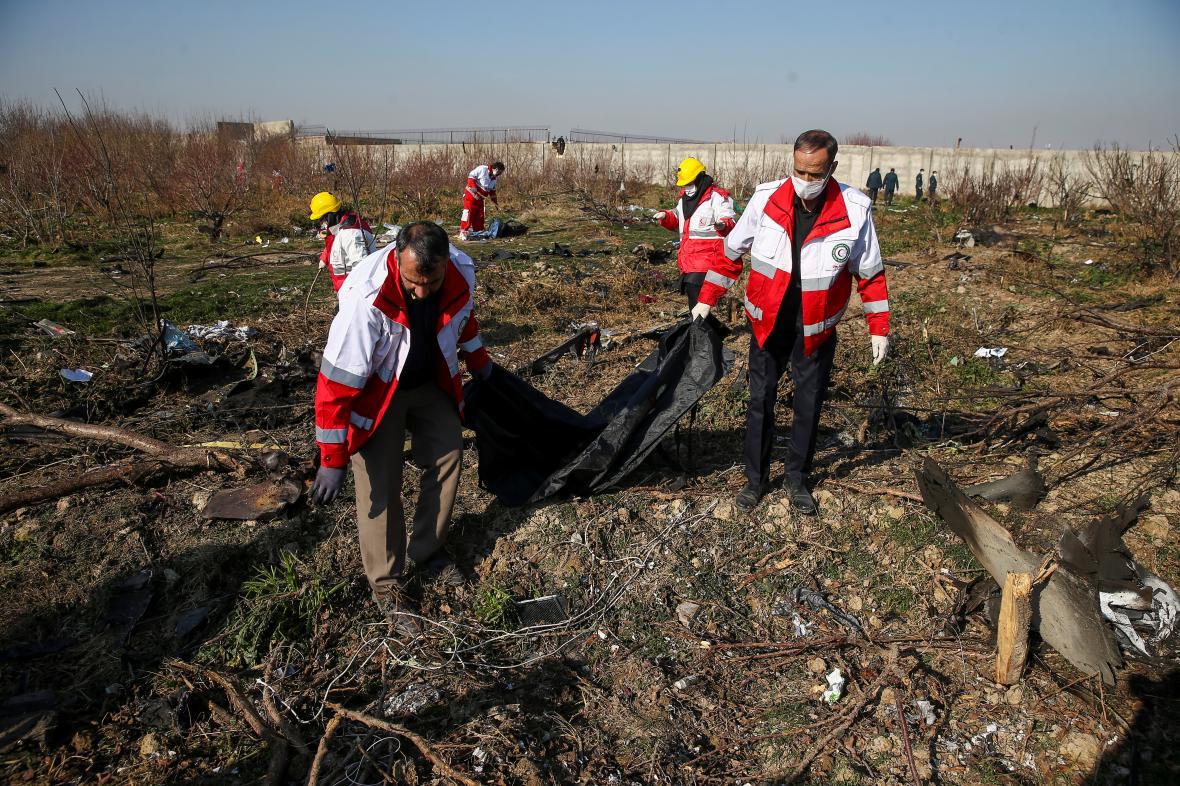 Záchranáři na místě pádu ukrajinského letadla