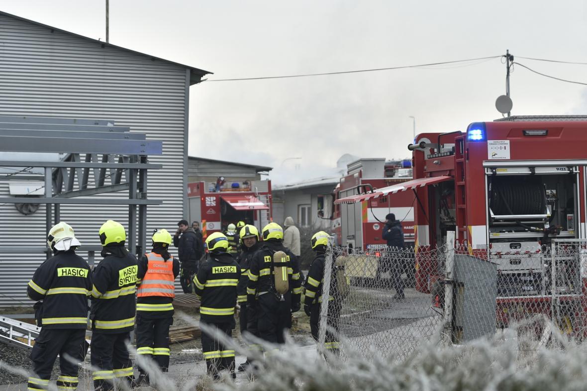 K požáru v Holasicích vyjely desítky hasičů