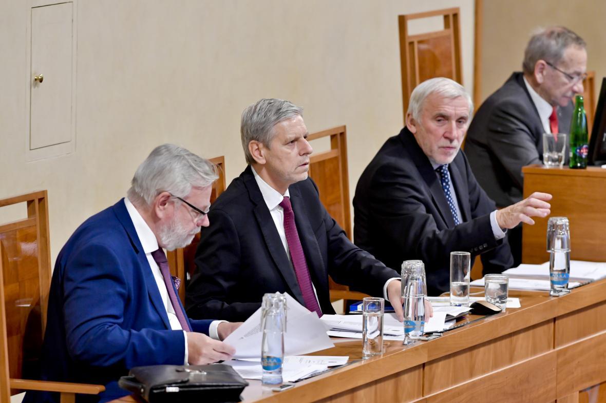 Místopředsedové Senátu (zleva) Jiří Oberfalzer (ODS), Jan Horník (STAN)  a Jiří Růžička ( za TOP 09 + STAN) . Zcela vpravo Jaroslav Kubera (ODS)