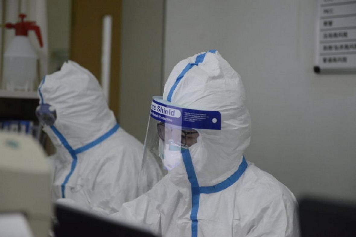 Zdravotníci v jedné z wuchanských nemocnic