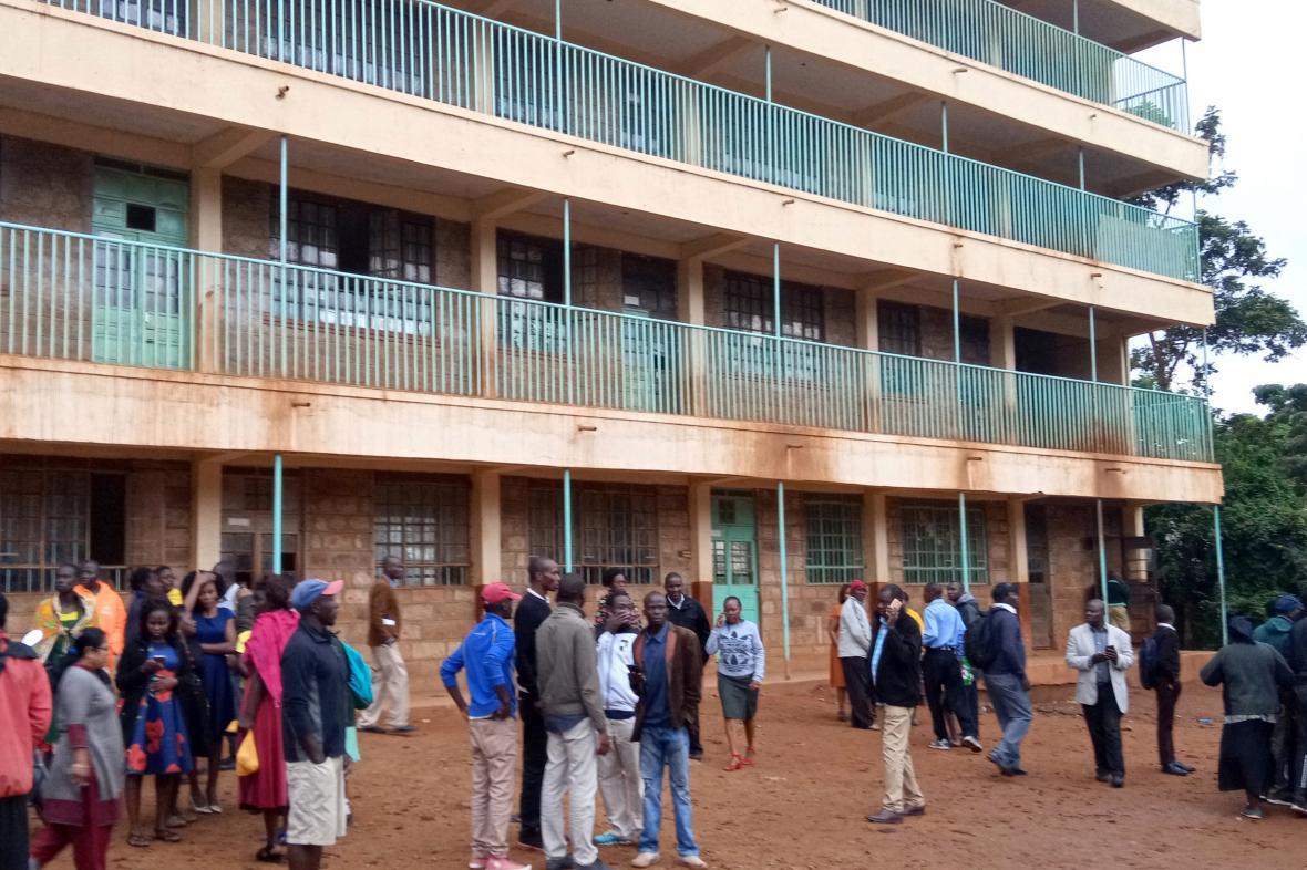 Rodiče před školou ve městě Kakamega