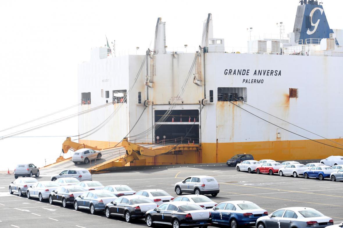 Německé hospodářství loni zasáhl hlavně pokles vývozu (na snímku vozy Volkswagen mířící na export)