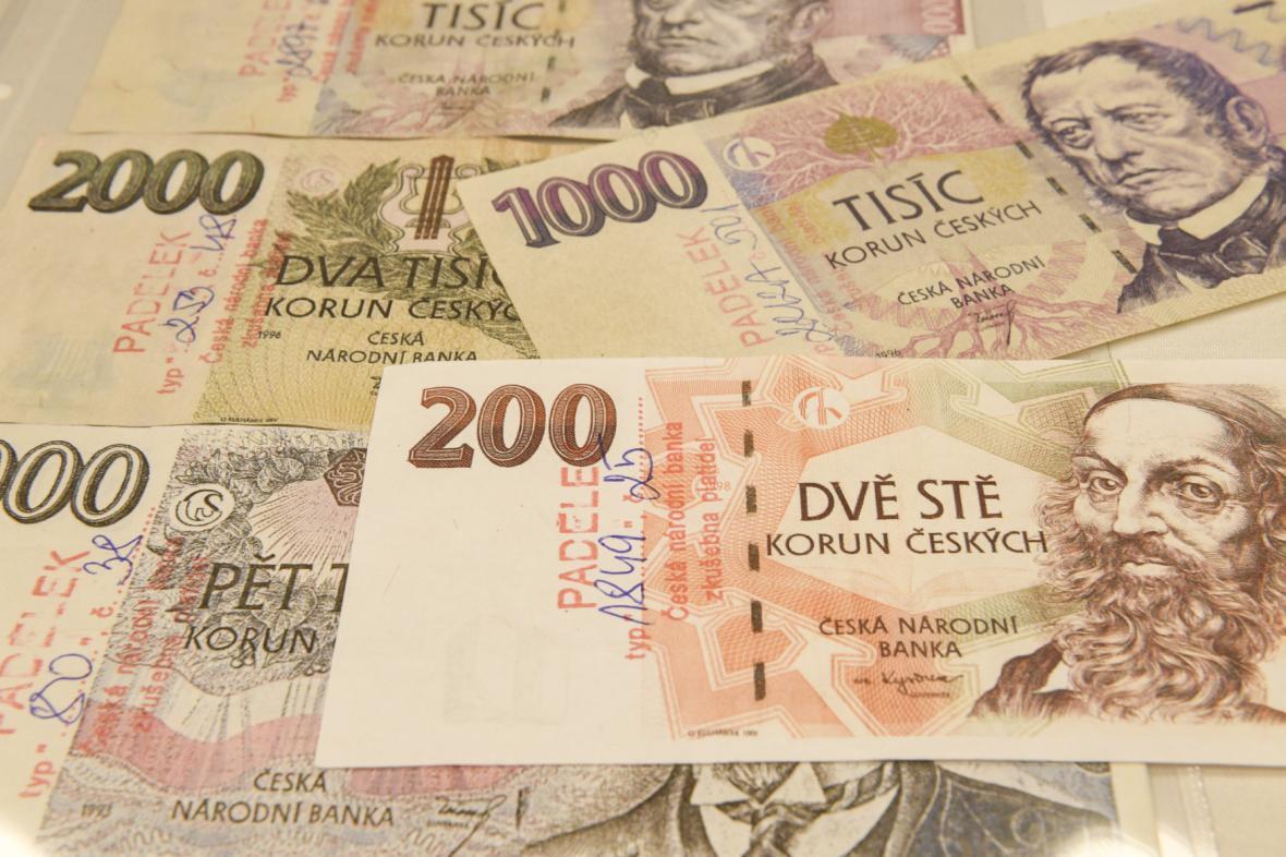 Ukázky padělaných a pozměněných bankovek zadržených na území České republiky v roce 2019.