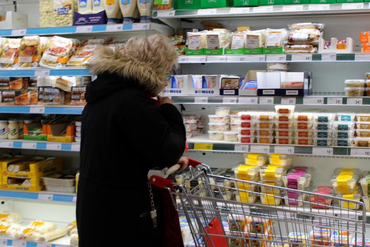 Nákup v pražské prodejně britského řetězce supermarketů Iceland Foods, který se specializuje na mražené potraviny,