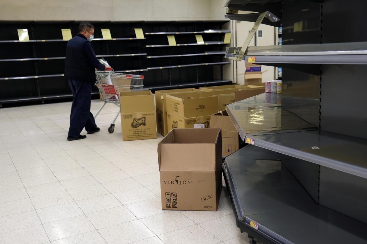Prázdné regály v supermarketu v Hongkongu