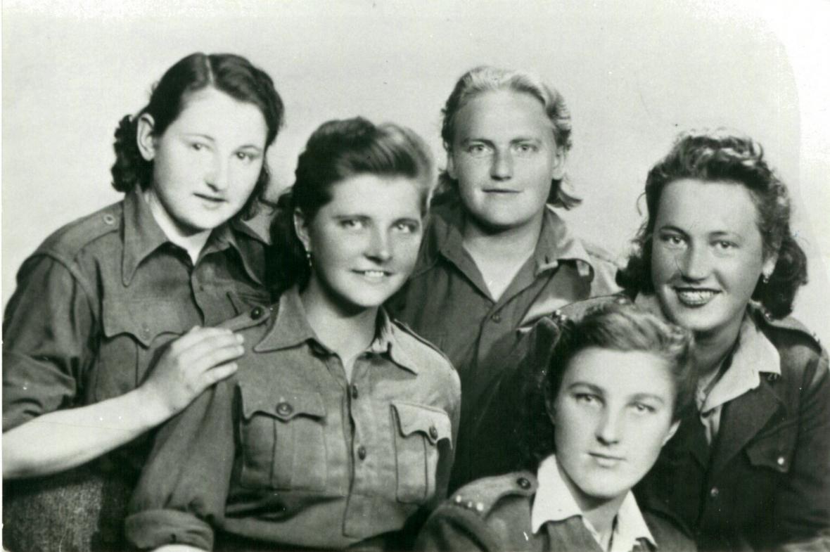 Olga Pěničková (první zleva) v roce 1944