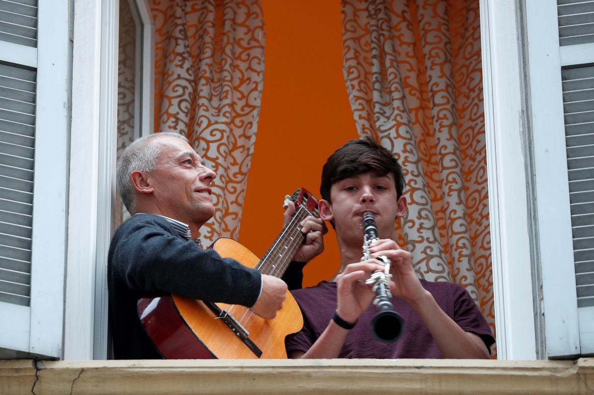 Obyvatelé Říma hrají a zpívají italskou hymnu