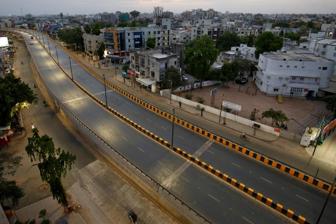 Téměř prázdné silnice v indickém městě Ahmadábád