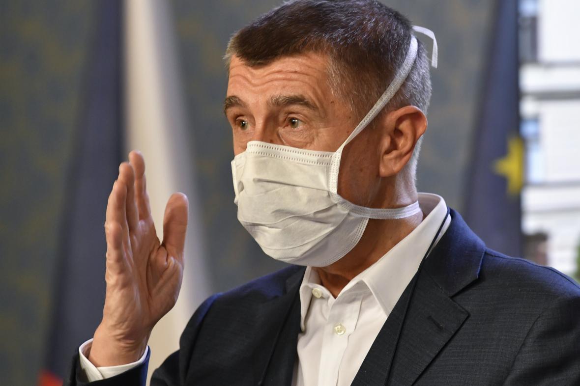 Ministr Karel Havlíček s rouškou