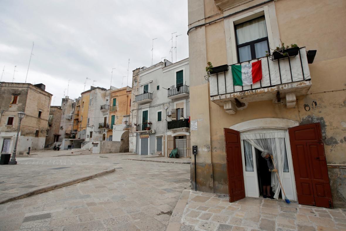 Vylidněné ulice italského Bari