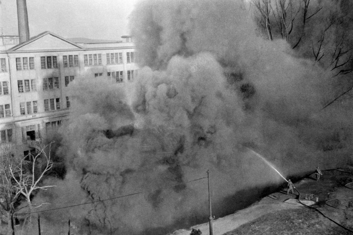 Sovětští hloubkoví letci zapálili u staré Zbrojovky v Brně nádrže s benzinem