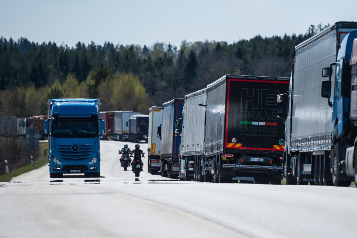 Kolona před hraničním přechodem do Rakouska v Dolním Dvořišti