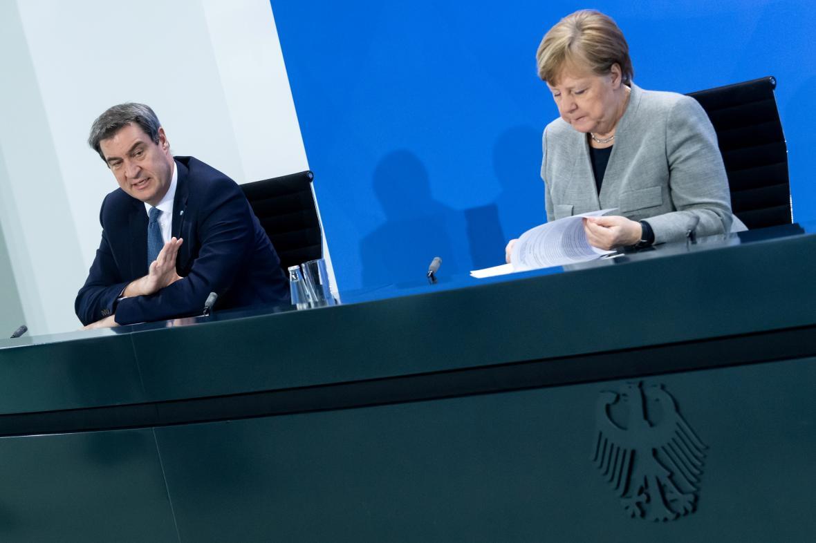 Bavorský premiér Markus Söder (CSU) s kancléřkou Angelou Merkelovou (CDU) během brífinku k epidemii koronaviru