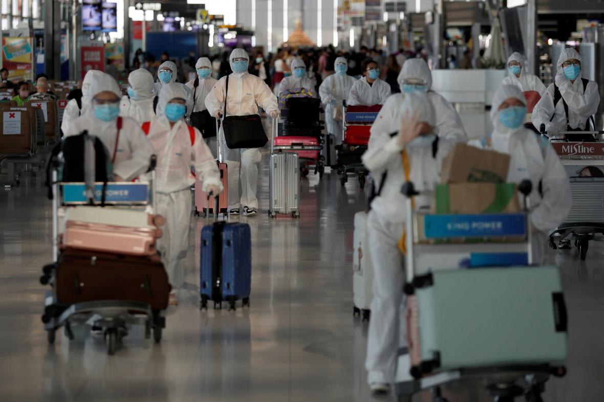 Čínští studenti se chystají na repatriační let z Thajska