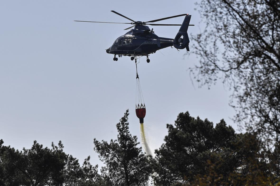 S hašením požárů v Nizozemsku pomáhá vrtulník