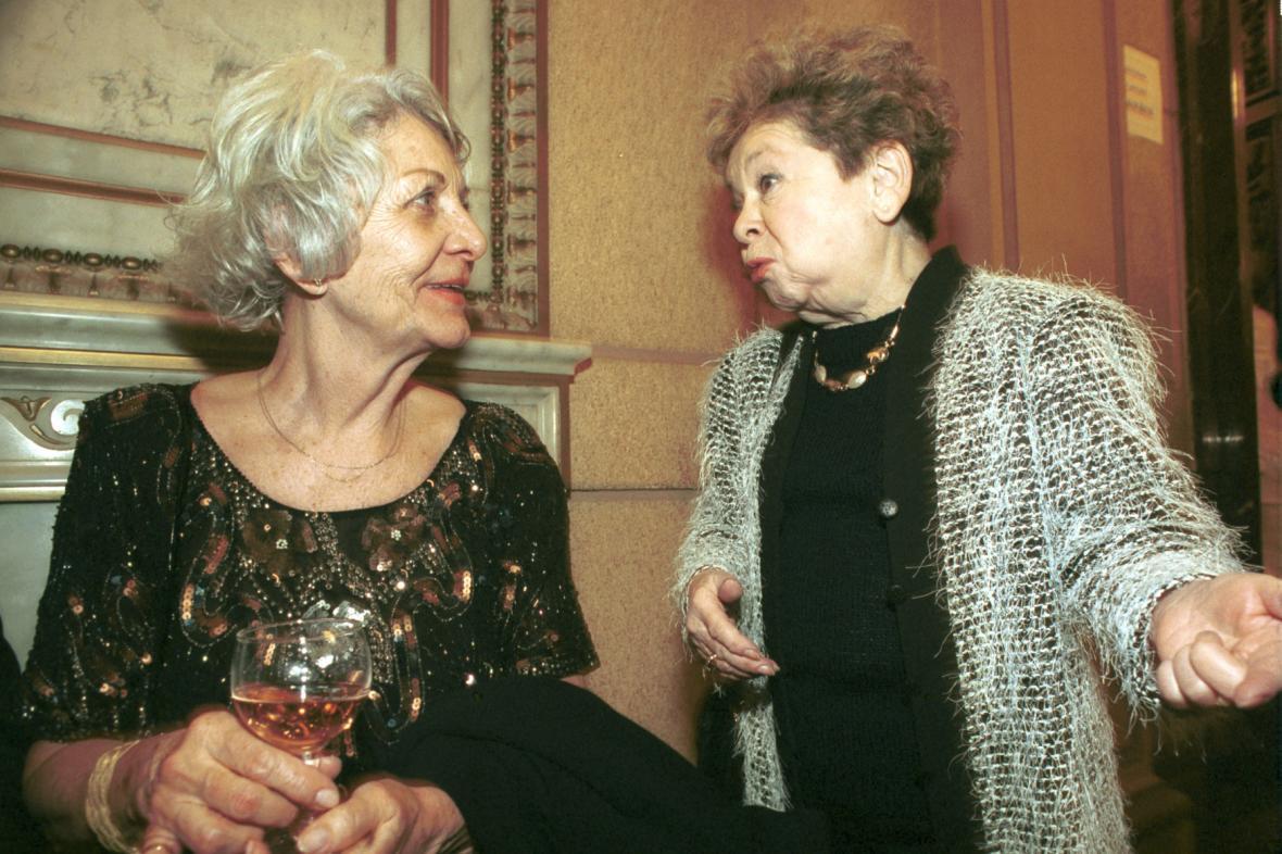 Heda Čechová (vlevo) s Aťkou Janouškovou v roce 2002