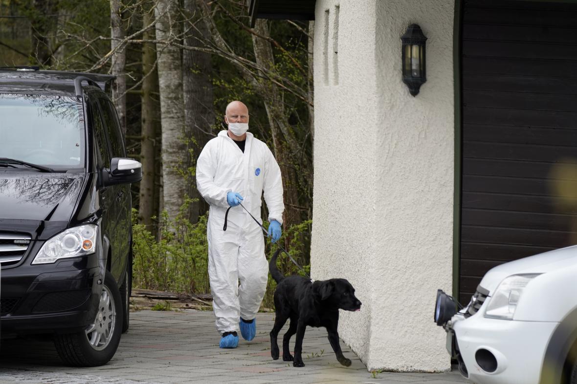 Policie prohledává dům Hagenových