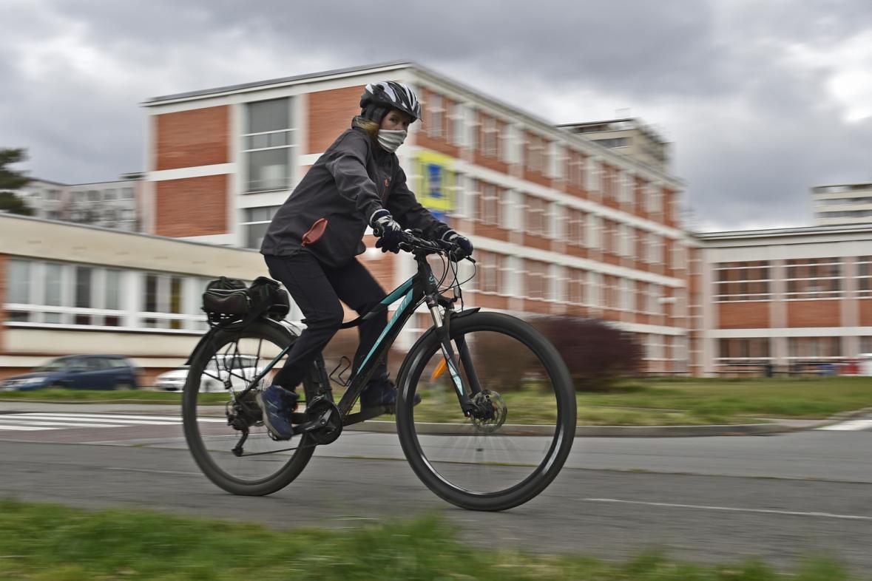 Cyklistka s rouškou