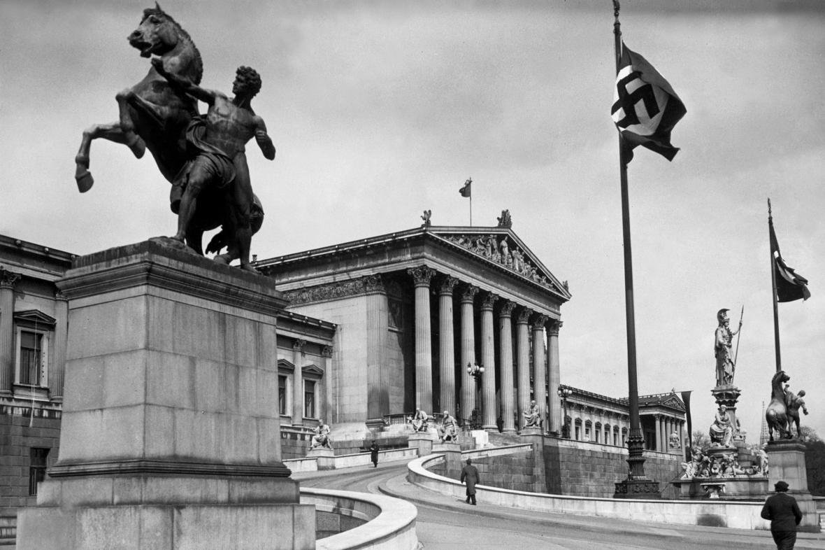 Vlajka s hákovým křížem před budovou rakouského parlamentu