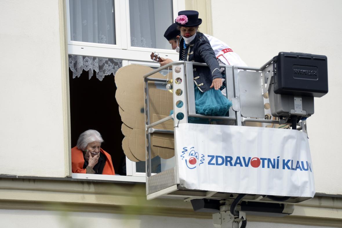 Zdravotní klauni bavili pražské seniory z hydraulické plošiny