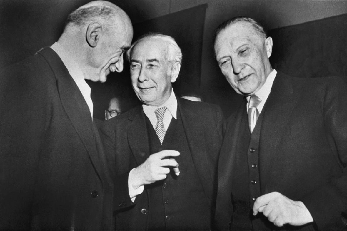 Francouzský ministr zahraničí Robert Schuman, německý prezident Theodor Heuss a kancléř Konrad Adenauer