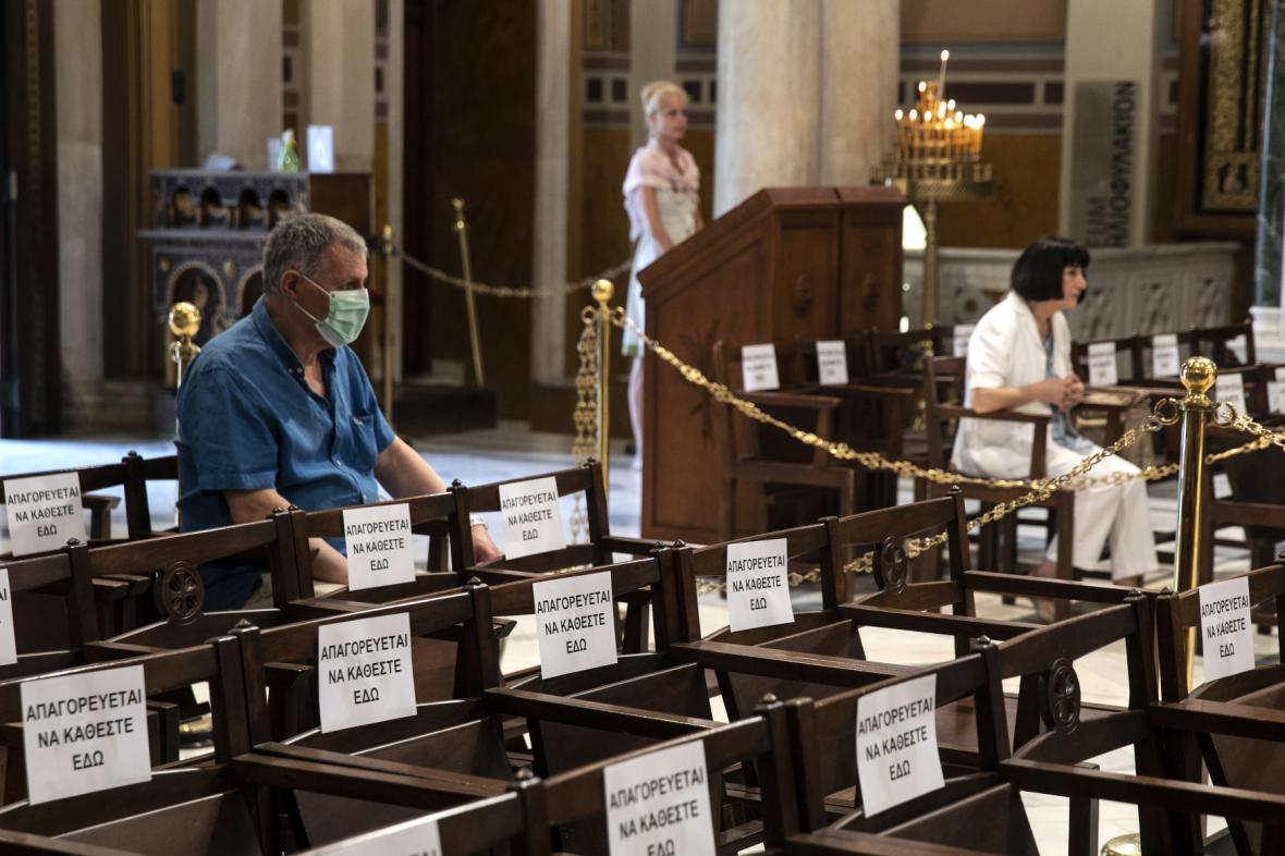 Ortodoxní křesťané se zúčastníli mše v athénské katedrále