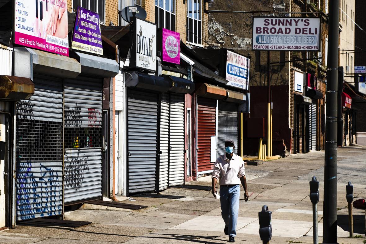 Stažené rolety obchodů ve Filadelfii
