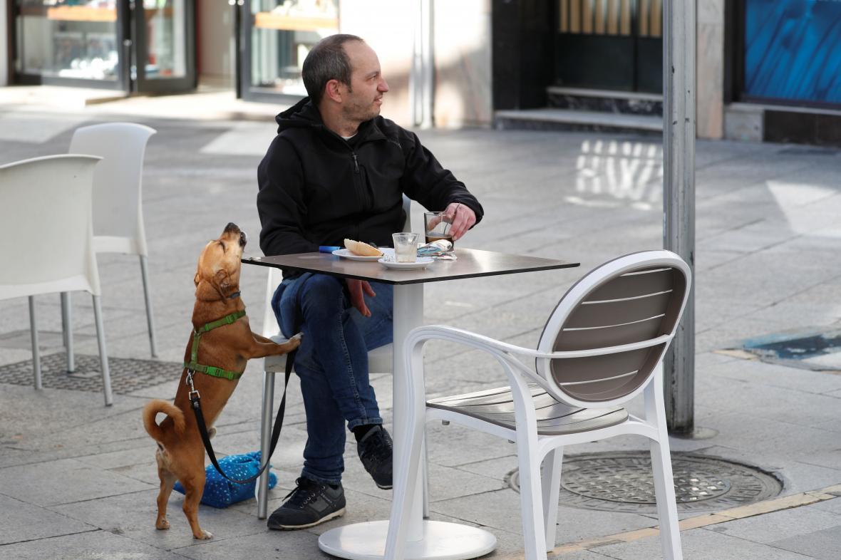 V části Španělska se zahrádky restaurací mohly otevřít už dříve
