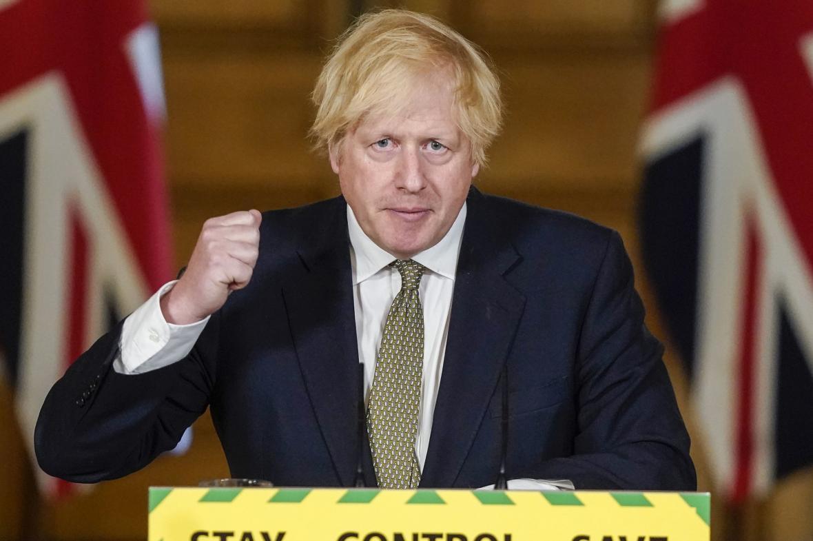 Boris Johnson během brífinku k epidemii covidu-19
