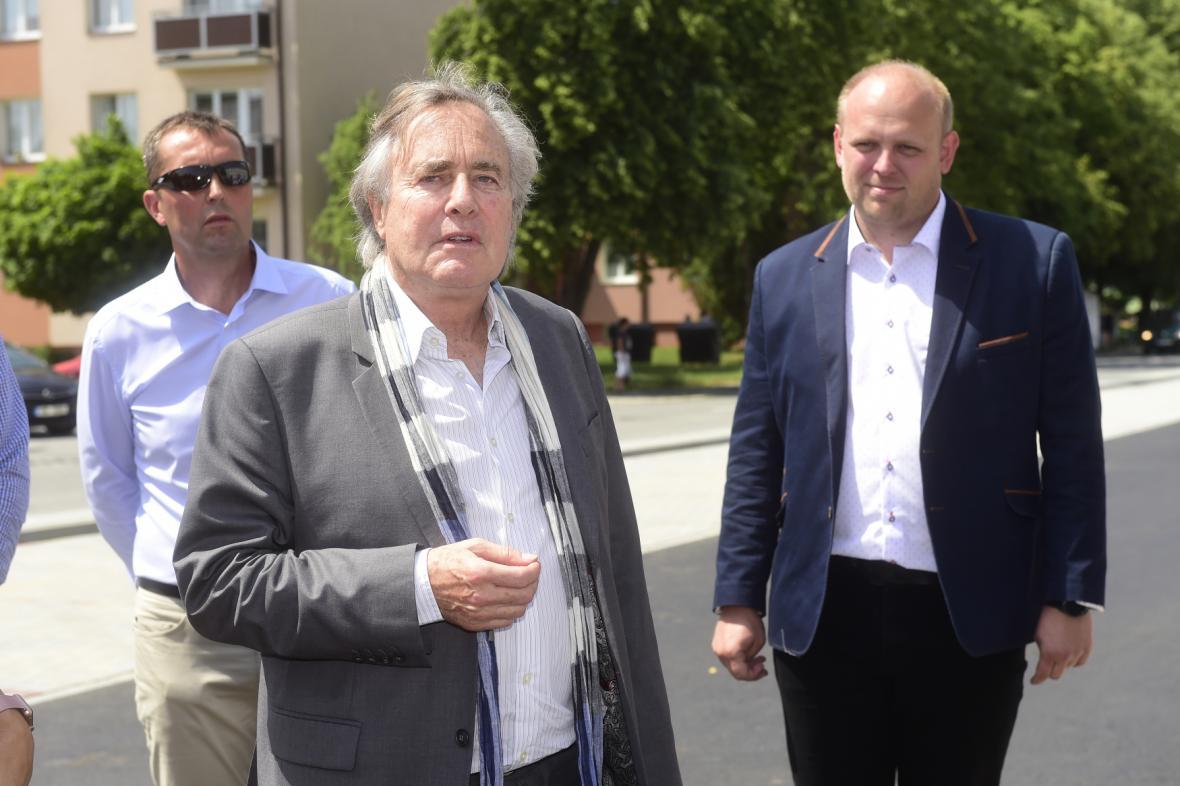 Prezidentem Meopty-optiky se od 1. července stane Gerald Rausnitz (uprostřed) který je jejím majitelem