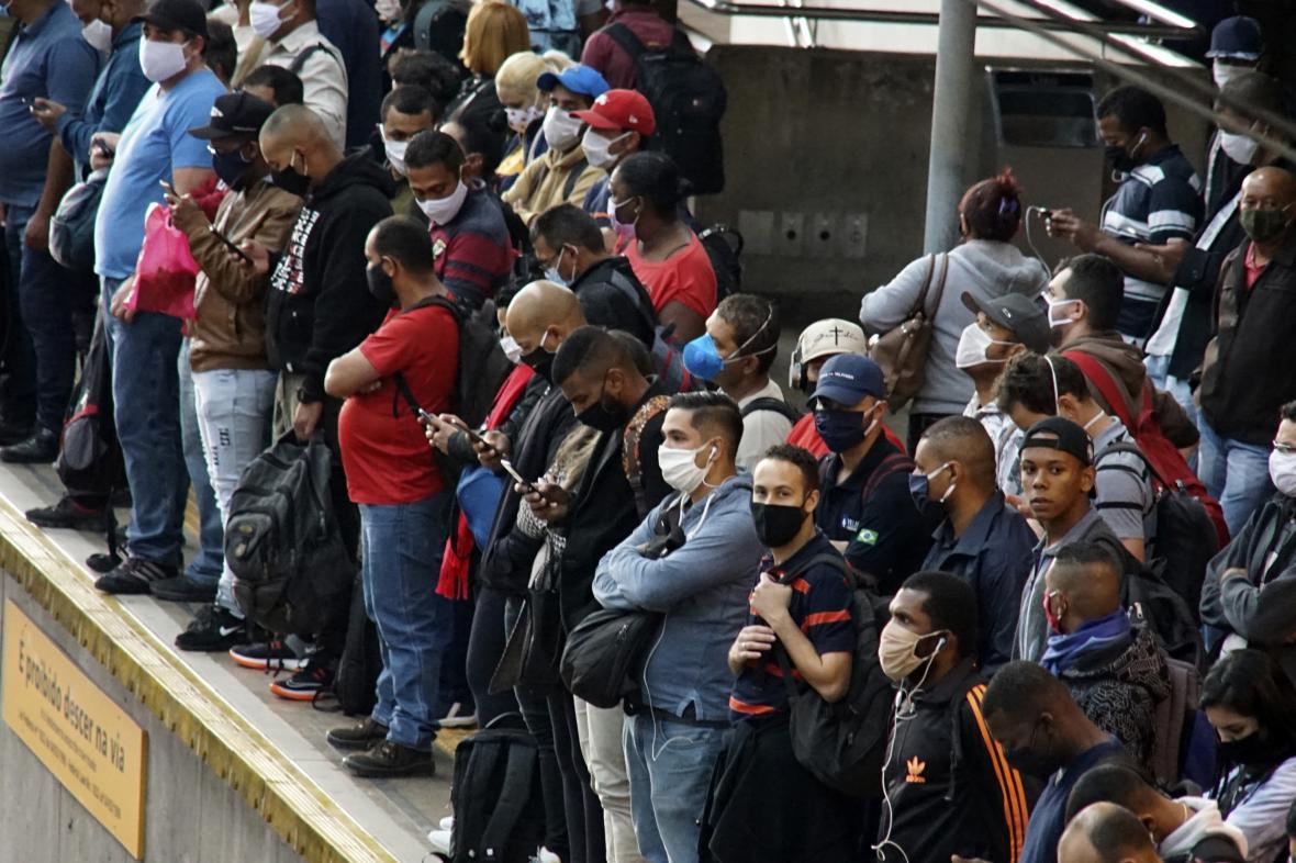 Lidé na nádraží v brazilském Sao Paulu