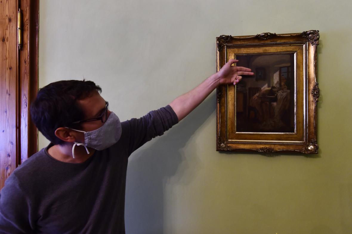 Kastelán Martin Váňa ukazuje obraz  Švadlenka