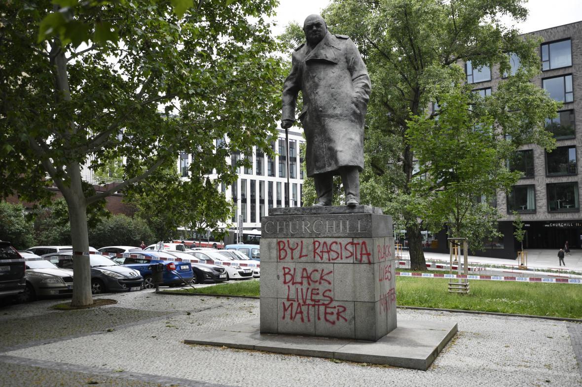 Na sochu Churchilla v Praze někdo napsal, že byl rasista