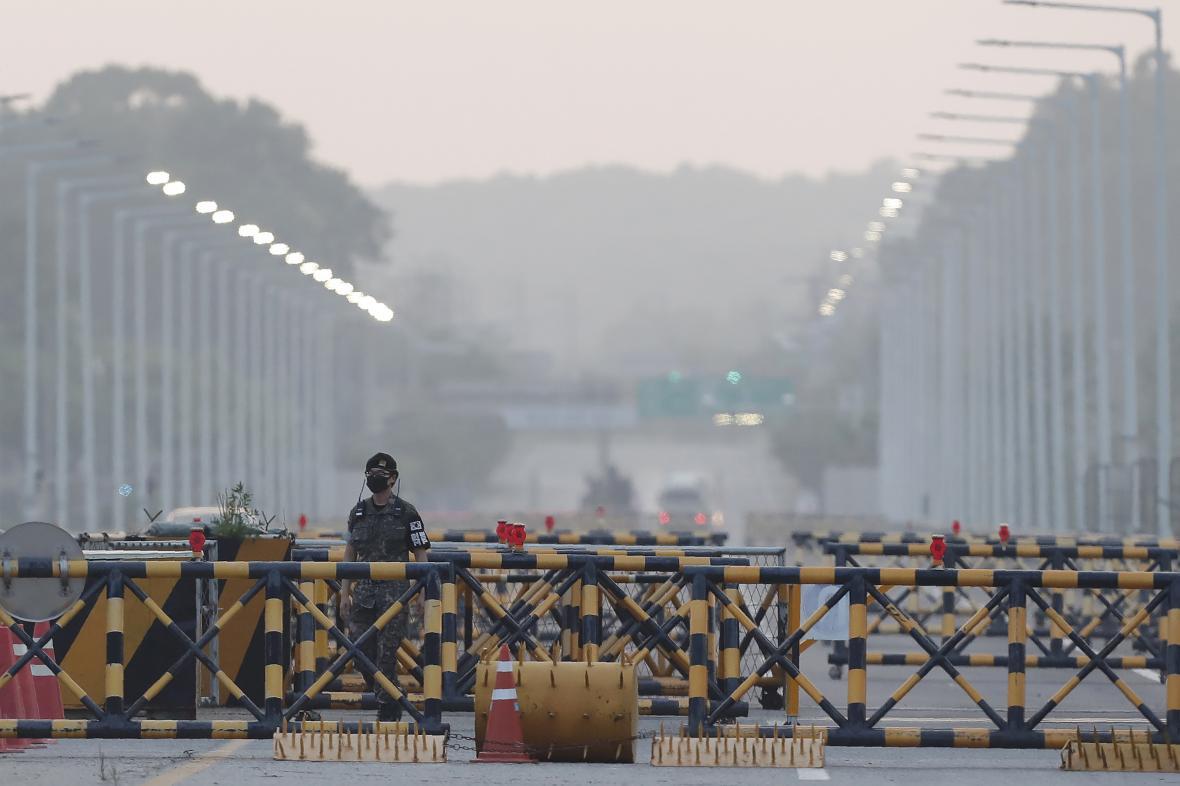 Jihokorejský voják na Mostě sjednocení, který vede do demilitarizované zóny