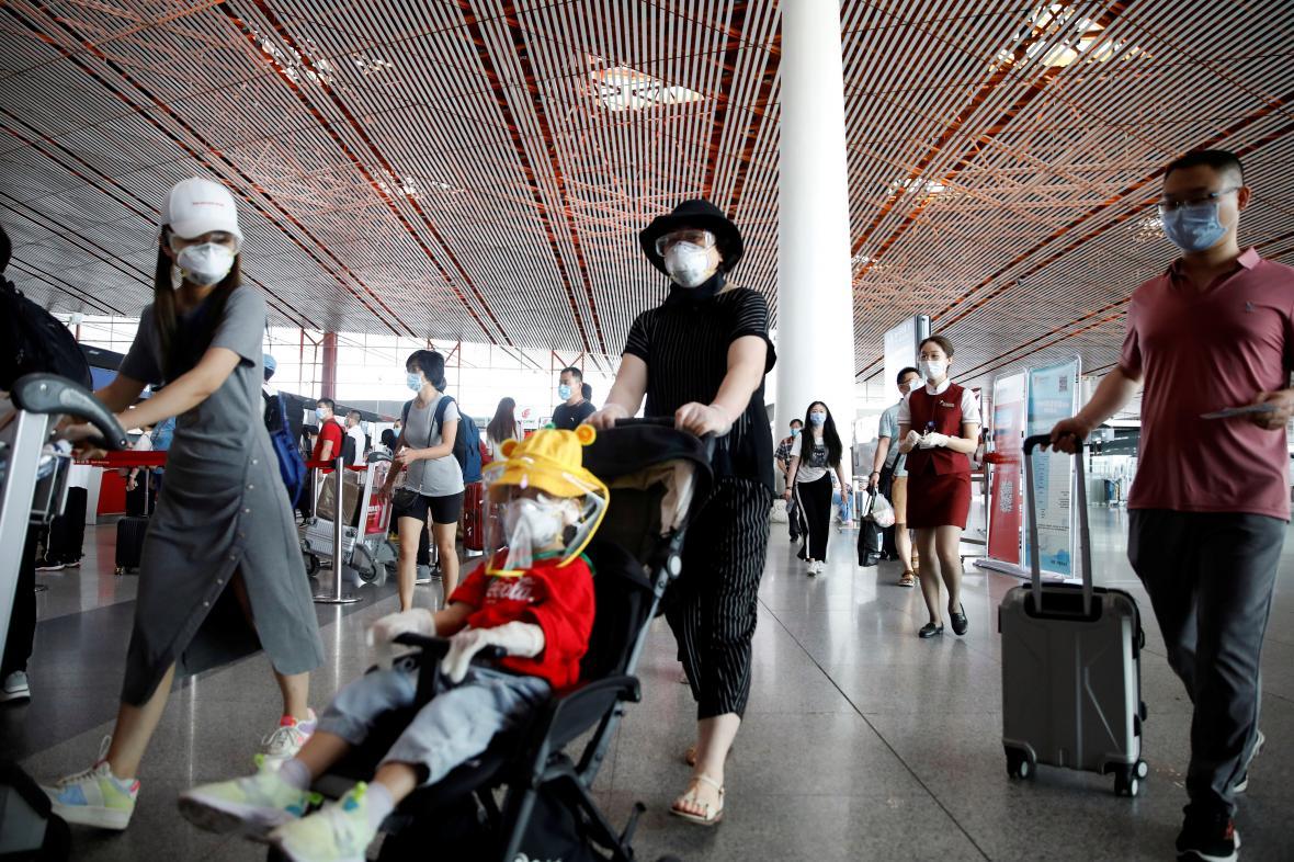 Pasažéři na jednom z pekingských letišť